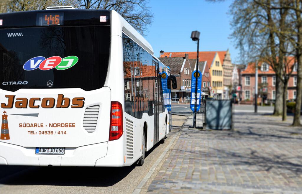 Linienbus an Haltestelle